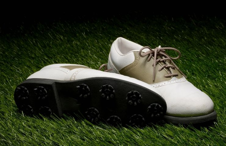 Spiked vs Spikeless Golf Shoes (Which One to Get?)